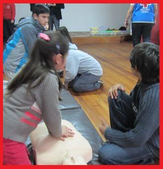 Niños realizando RCP básico